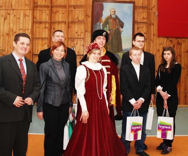 W gali Hetmany uczestniczyli wicedyrektor ZSM Dorota Kondratiuk, nauczyciel historii Leszek Łapiński oraz reprezentacja łapskiej szkoły.