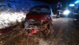 Wypadek na obwodnicy Białej. 22-latka jadąca fordem dachowała w rowie