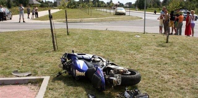Honda najpierw bokiem tarła o trawiastą nawierzchnię, a następnie wyrzuciło ją na asfaltowy odcinek ulicy.