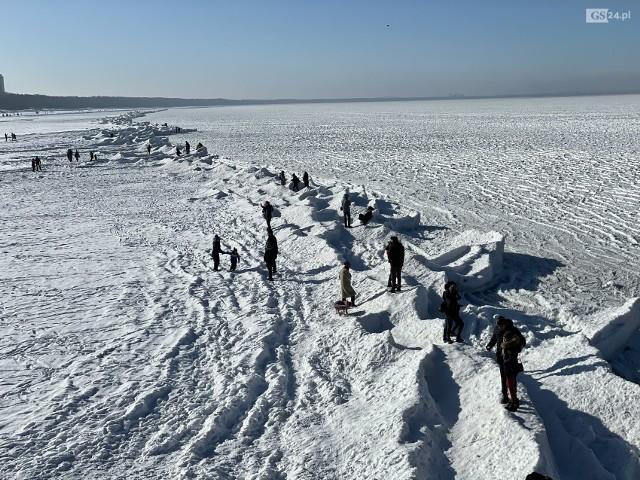 Zamarznięty Bałtyk i tłumy w Międzyzdrojach