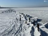 Zamarznięty Bałtyk i tłumy w Międzyzdrojach. Zobacz bajkowe zdjęcia morza skutego lodem! - 15.02.2021