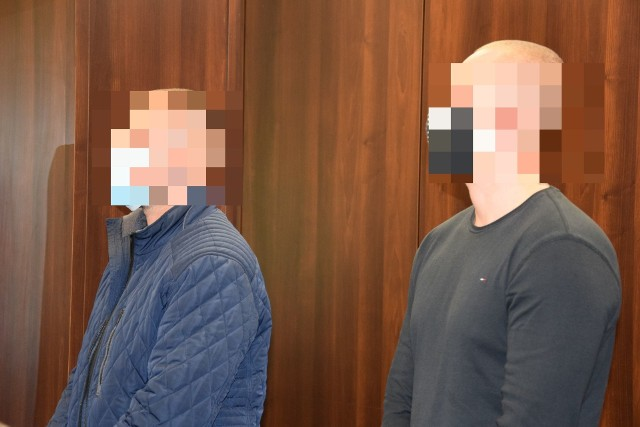 Prokurator zarzucił 36-letniemu dziś Łukaszowi F. i jego 33-letniemu kuzyna Kamilowi W. produkcję narkotyków na dużą skalę. Grozi za to do 15 lat więzienia. Mężczyźni nie przyznają się do winy. Proces toczy się przed Sądem Okręgowym w Opolu.
