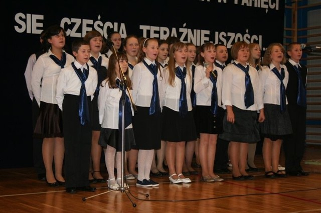 Uczniowie po raz pierwszy zaśpiewali hymn szkoły.