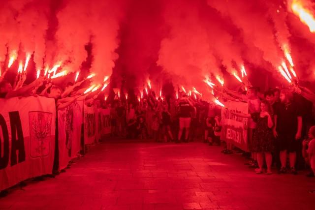 W poniedziałek wieczorem kibice Lecha Poznań zorganizowali wielkie racowisko. Fani Kolejorza pojawili się pod Poznańskimi Krzyżami, by uczcić bohaterów Czerwca '56. Nie zabrakło również kombatantów, którzy brali udział w pamiętnych wydarzeniach. Odśpiewano hymn i odpalono race. Przejdź do kolejnego zdjęcia ---->