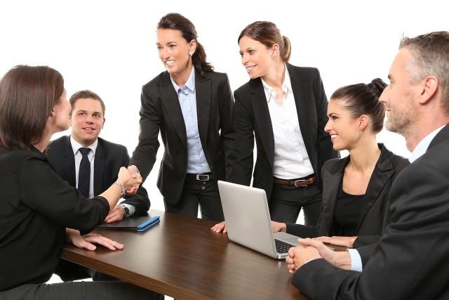 Masz rozmowę o pracę? Warto się na nią przygotować! Dobrze przeprowadzona rozmowa kwalifikacyjna może pomóc nam zdobyć pracę marzeń. Niestety często stres sprawia, że popełniamy różne gafy. Sprawdź w dalszej części galerii, jakich błędów nie należy robić podczas rozmowy kwalifikacyjnej.
