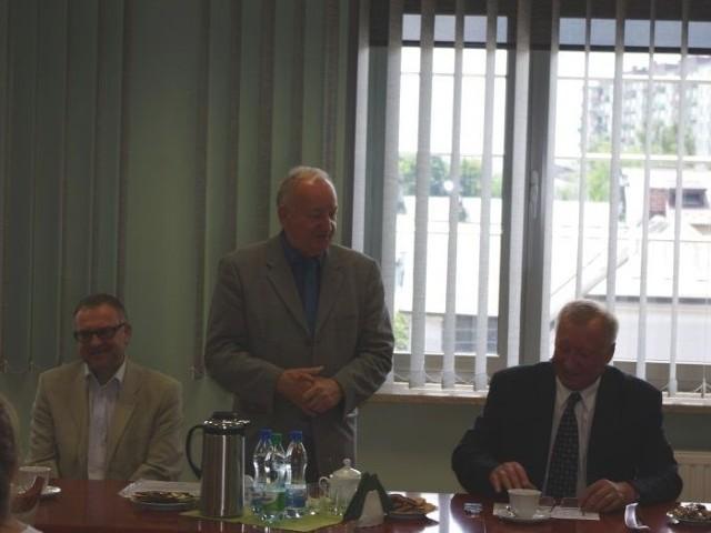 Prezes zarządu Polskiego Towarzystwa Ekonomicznego Oddziału w Kielcach Andrzej Szplit (w środku) gratuluje laureatom.