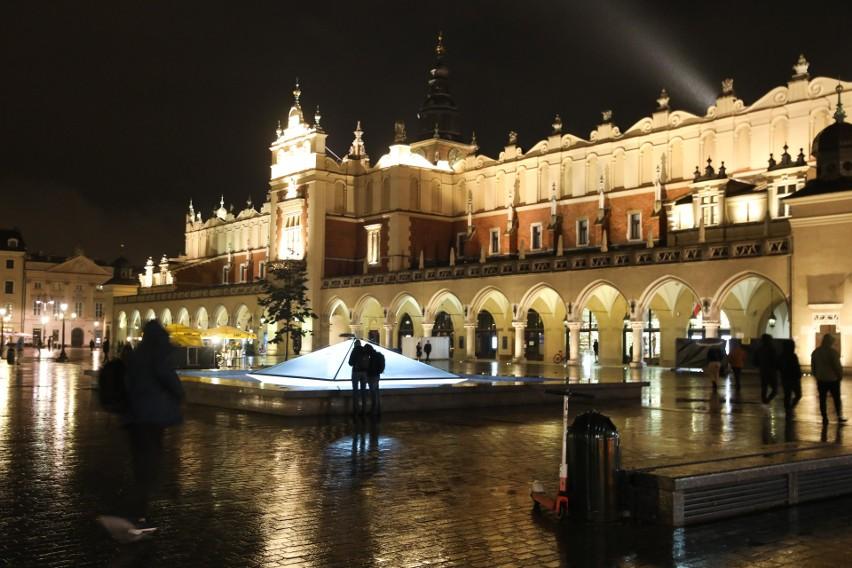 Nocne życie Krakowa z powodu koronawirusa i obostrzeń czerwonej strefy niemal zniknęło