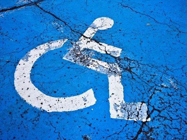 Brak nogi to nieznaczna niepełnosprawność. Parkowanie na kopercie się nie należy
