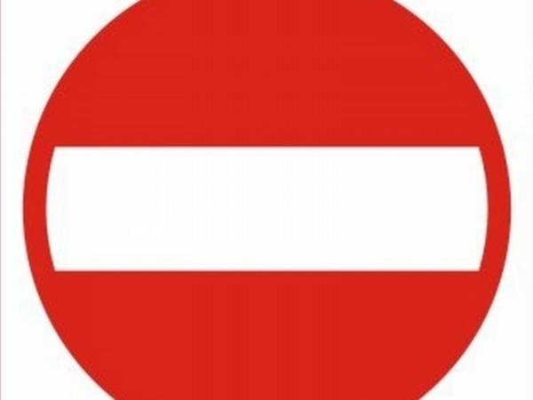 Znak zakazu wjazdu jest widoczny dopiero po tym, jak kierowcy skręcą z 30. Stycznia na stację.