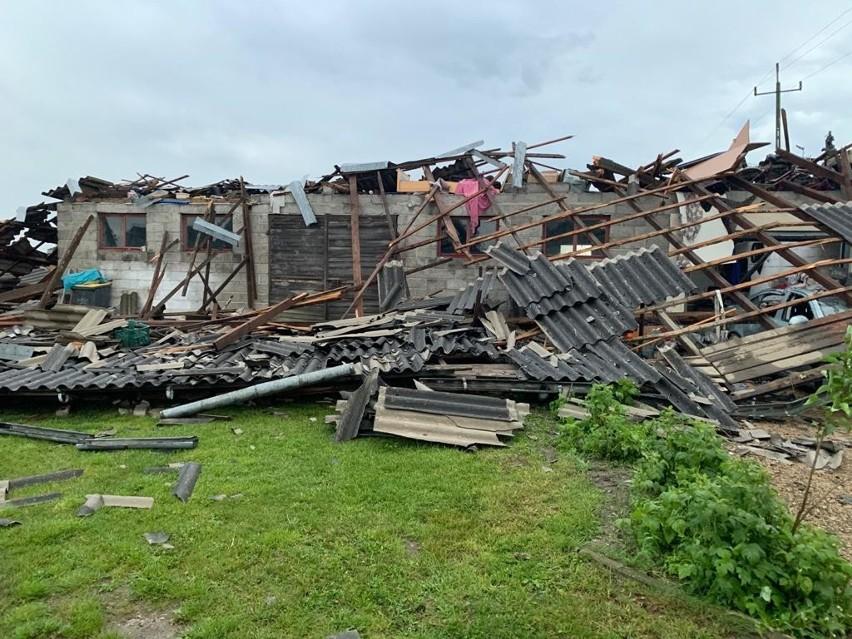 Wichura zerwała dachy z kilku budynków w gminie Przyrów Zobacz kolejne zdjęcia. Przesuwaj zdjęcia w prawo - naciśnij strzałkę lub przycisk NASTĘPNE