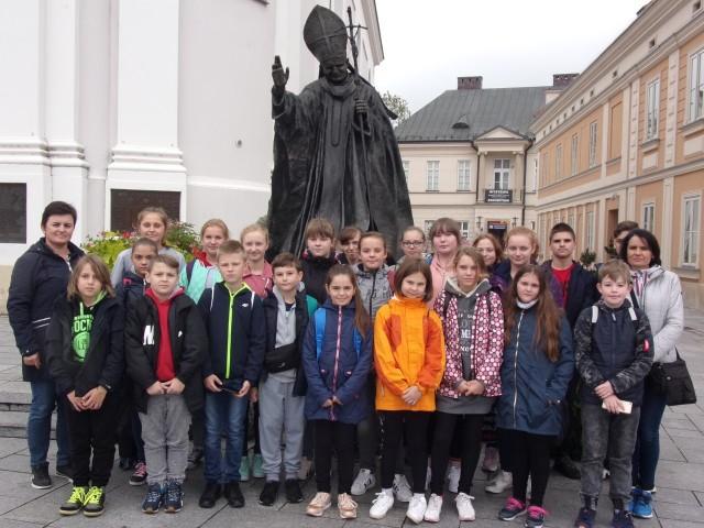 Uczniowie ze Szczytnik pod pomnikiem św. Jana Pawła II