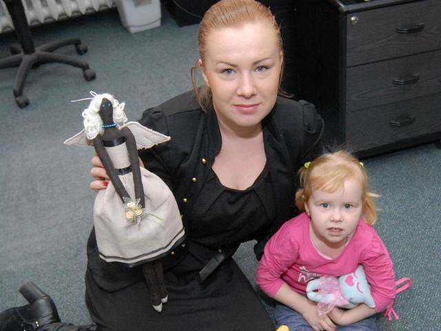 """Monika razem ze swoja 3-letnią córeczką Emilką prezentują niektóre laleczki, które wspólnie zrobiły. - Córeczka bardzo angażuje się w robienie każdej zabawki, a jej ulubioną jest """"Tadziu Błękitek, latający kotek""""."""