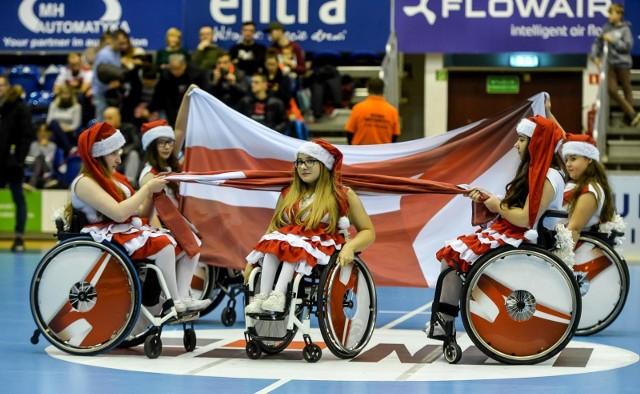 Cheerleaderki na wózkach podczas meczu drużyn Torus Wybrzeże Gdańsk - Stal Mielec 14.12.2019
