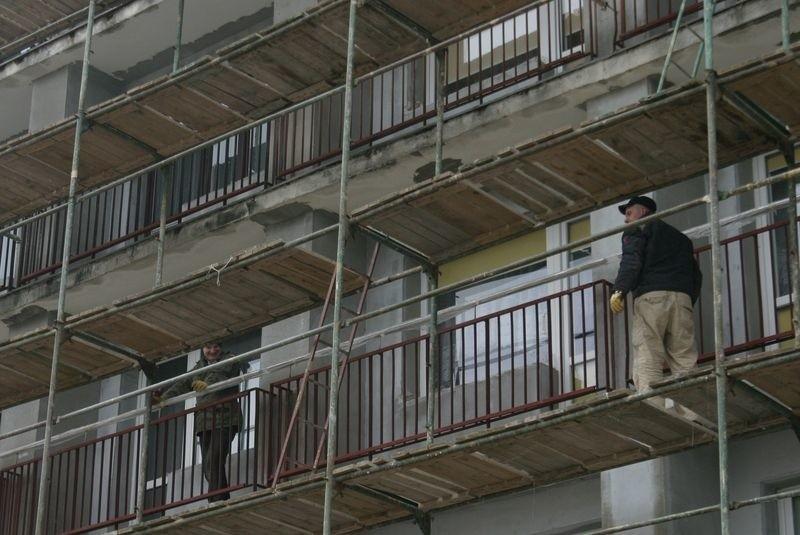 Na rusztowaniach przy bloku nr 14 przy ul. Hubalczyków pojawiają się ekipy remontowe, ale prac nie widać.