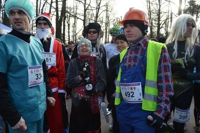 Uczestnicy biegu w przebraniach