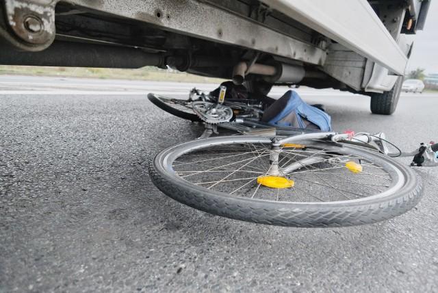 Mieszkaniec Łodzi prowadzący firmę krawiecką, który jadąc rowerem został potrącony przez samochód, wystąpił do Sądu Okręgowego domagając się 310 tys. zł od ubezpieczyciela sprawcy wypadku. Do wypadku  doszło 5 lat temu. Czytaj na kolejnym slajdzie