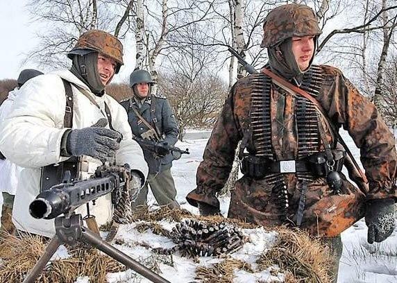 Miłośnicy militariów na ubiegłorocznym zlocie. Pogoda wtedy dopisała.
