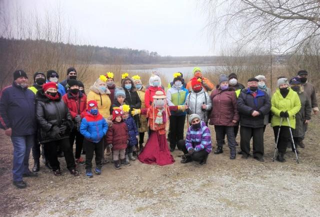 Turyści ze Strzelna powitali wiosnę. Nad jeziorem w Łąkiem spalili marzannę