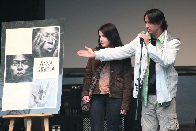 Anna Krycia, zeszłoroczna zwycięzczyni festiwalu, uczestniczyła w profesjonalnych warsztatach graficznych. Laureatkę prezentuje Tomasz Furtak, dyrektor domu kultury.