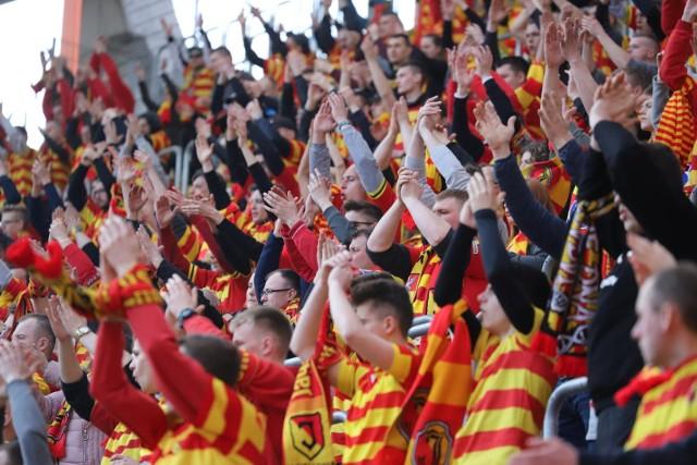 Podczas sobotniego meczu Jagiellonia - Zagłębie Sosnowiec na trybunach stadionu miejskiego w Białymstoku zasiadło ponad 6 tys. widzów. Od początku spotkania, fani Żółto-Czerwonych stworzyli gorącą atmosferę, która poprowadziła podopiecznych Ireneusza Mamrota do zwycięstwa 2:1.