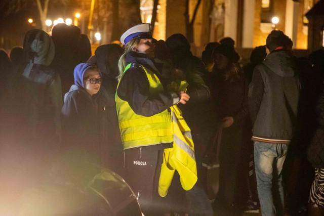 """W Dobrzyniewie Kościelnym policja zachęcała do noszenia odblasków w ramach akcji """"Świeć przykładem - Noś odblaski"""""""
