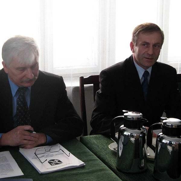 Władysław Bielawa, starosta dębicki (z prawej) i Czesław Kubek, wicestarosta,  w tym roku nie zaplanują dużych inwestycji, bo w powiatowej kasie pusto.