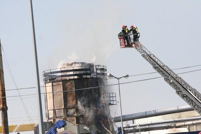 Tarnobrzeg. Silos z trocinami w ogniu! Pożar zauważył kwadrans po godzinie 14 jeden z pracowników mieszczącego się w Stalach magazynu stalowowolskiej firmy Wer-Rama.