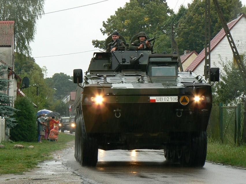 Szczecińskie Rosomaki mają dopuszczenie do ruchu lądowego. Dlatego do koszar dojadą drogami publicznymi. Na zdjęciu: Rosomak z 12 BZ koło Bornego Sulinowa.