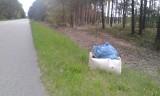 Olszewo-Borki. Worki ze śmieciami w lesie. Kto je tam zostawił?