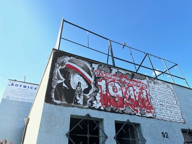 Powstańczy mural znajduje się na boku budynku przy al. Zjednoczenia w Zielonej Górze.