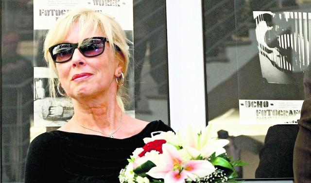Żona artysty, Małgorzata Kamińska, podczas wernisażu