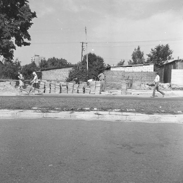 Układanie nowych chodników przy ul. Dzierżyńskiego.Data wydarzenia: 1973-08