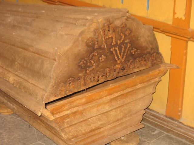 W krypcie było sześć dobrze zachowanych trumien a pod nimi jeszcze trzy warstwy pochówków z lat 1700-1850