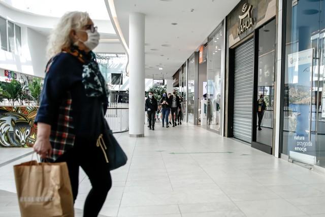 Minister zdrowia zapowiada, że policja będzie kontrolować przestrzeganie obowiązku noszenia maseczek w sklepach.