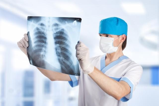Odma opłucnowa jest poważnym stanem wywoływanym m.in. przez uraz klatki piersiowej.