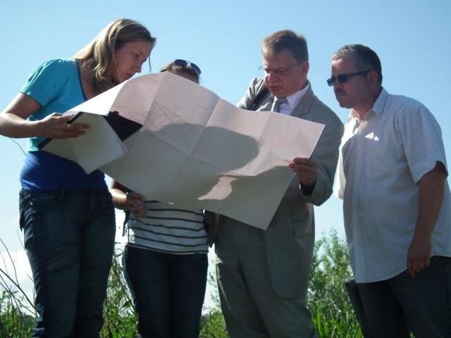 Członkowie komisji głowią się, jak znaleźć rów. Pomaga im sołtys Waldemar Olech.