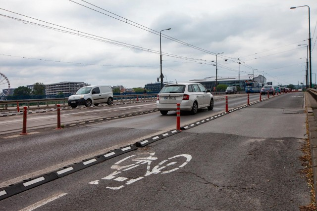 Od września nastąpi zmiana organizacji ruchu na moście Grunwaldzkim. W północnej części mostu, czyli na kierunku od Wawelu w stronę Centrum Kongresowego ICE Kraków, przywrócone zostaną dwa pasy dla ruchu samochodowego.