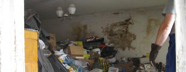 Dzisiaj robotnicy walczyli ze śmieciami w mieszkaniu przy ul. Kościelnej w Drezdenku kilka godzin. Na początku sięgały aż po sufit.