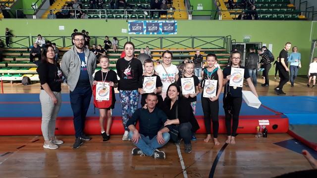 Reprezentanci Akademii Gimnastyki i Tańca Gimstar z dyplomami i trenerzy