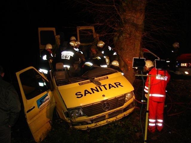 Bus wiozący 9 wedkarzy do Kolobrzegu wpadl w poślizg i uderzyl w przydrozne drzewo. Na miejscu zginely cztery osoby. (Fot. KP PSP Kolobrzeg)
