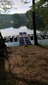 ŁAGÓW. Na jeziorze pojawił się pomost pływający. Mieszkańcy są oburzeni. Gminy żaden urząd nie zapytał o opinię przed wydaniem pozwolenia