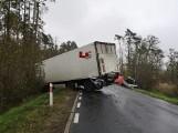 Wypadek na trasie Odolanów - Sulmierzyce - zderzyły się ciężarówka i bus. Jeden z kierowców zginął na miejscu [ZDJĘCIA]
