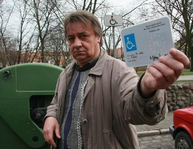 - Mam Europejską Kartę Parkingową, ale w tym miejscu rzadko parkuje, bo zazwyczaj zastawiają je zdrowi kierowcy i w dodatku przez ten kontener trudno tu wjechać - mówi Henryk Barłóg