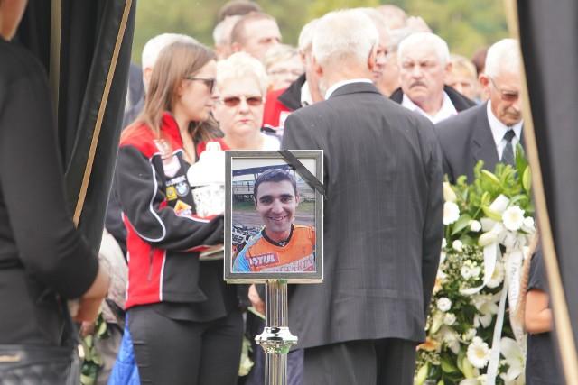 W sobotę na cmentarzu komunalnym we Wrześni rodzina, przyjaciele, znajomi i fani sportu pożegnali Łukasza Lonkę, wielokrotnego mistrza Polski w motocrossie. 29-latek zmarł w środę w szpitalu w Lublinie po wypadku na torze motocrossowym w Nowodworze koło Lubartowa.Zobacz zdjęcia --->