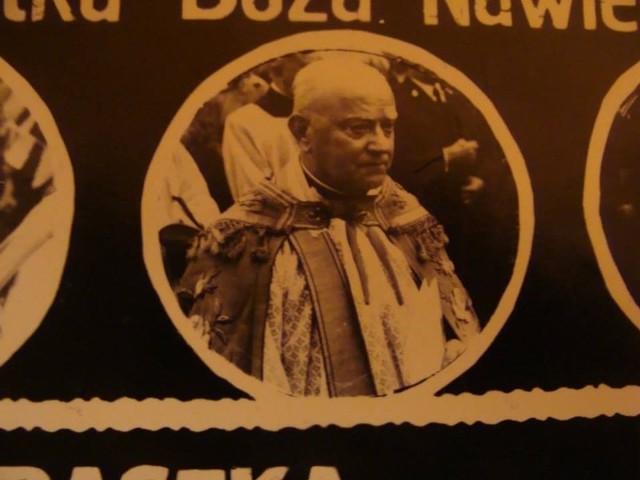 Praszka, rok 1979.  Zdjęcie z peregrynacji kopii cudownego obrazu Matki Boskiej Częstochowskiej. Na zdjęciu ks. Błażej Kawalec.