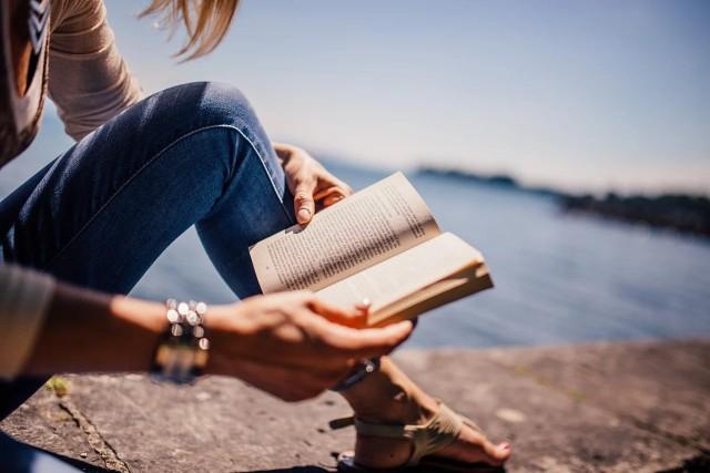 Wakacje to idealny moment, by nadrobić zaległości w lekturze. Specjalnie dla Was sprawdziliśmy, jakie książki cieszą się największym zainteresowaniem w ostatnich tygodniach i przygotowaliśmy zestawienie, w którym każdy miłośnik czytania z pewnością znajdzie dla siebie coś ciekawego.Przejdź do następnego zdjęcia i sprawdź ----->