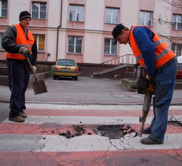 Nawierzchnia ulicy 1 Maja jest w  fatalnym stanie, nie pomaga już doraźne łatanie dziur w asfalcie.