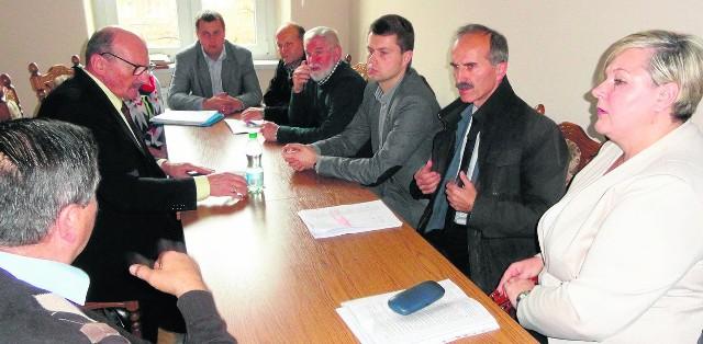 Mieszkańcy gminy Jerzmanowice-Przeginia i wójt Adam Piaśnik podczas rozmów ze starostą Józefem Krzyworzeką