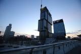 Katowice. Najwyższy budynek prawie cały w szkle. Finiszuje montaż elewacji na .KTW II. Na szczycie biurowca będzie czarna siatka