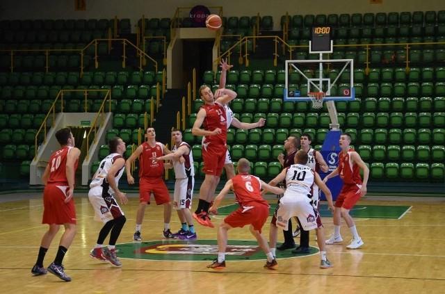 Nie udała się inauguracja sezonu w II lidze koszykówki ekipie Domino Inowrocław. Zespół na własnym parkiecie uległ SMS PZKosz Władysławowo 69:77.